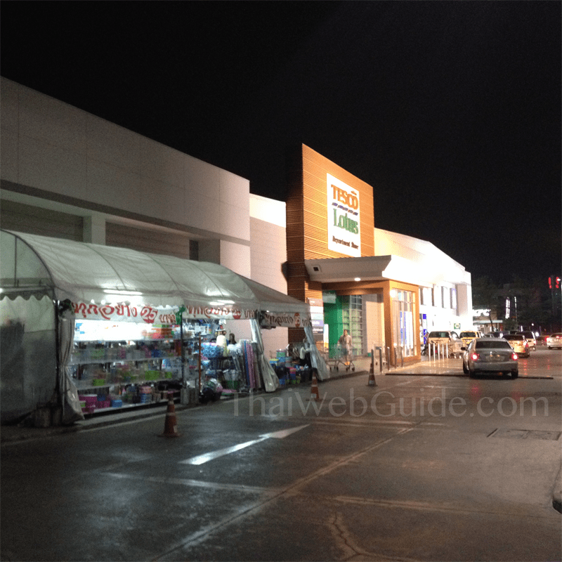tesco pattanakarn at night