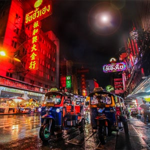 tut-tuk-china-town-bangkok-night